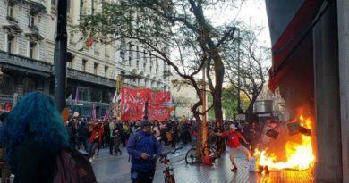 Protestaron frente al Consulado de Chile contra la represión en el país vecino.