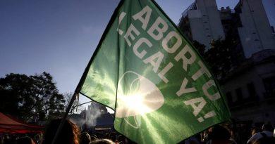 Los pañuelos verdes apuestan a la militancia en redes con el hashtag #AbortoLegalEsVida.