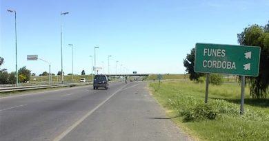 Otra vez la autopista Rosario-Córdoba: paró a cambiar un neumático y la molieron a golpes
