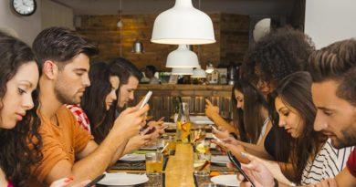 ¿Pasamos más horas conectados al celular y las redes que compartiendo experiencias reales?