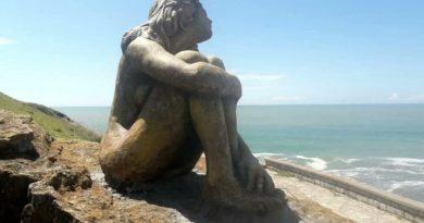 Buscan a la o el artista que instaló una escultura anónima frente a la costa
