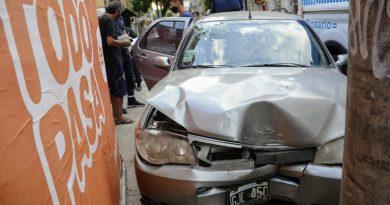 Una mujer resultó herida en la cabeza en un impactante choque en el microcentro de Rosario