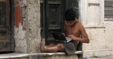 """Unesco recomienda """"promover la conectividad"""" para asegurar el acceso a la educación"""