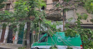 Una ambulancia quedó atrapada bajo un árbol en Paraguay y San Luis