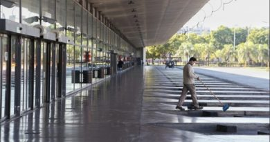 La terminal sigue bloqueada por micros de turismo y se armó una parada paralela