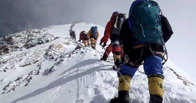 Dos montañistas murieron en el Everest y son las primeras víctimas de la temporada.