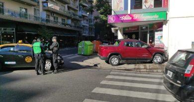 Impresionante choque entre un taxi y una camioneta en  Urquiza y Balcarce