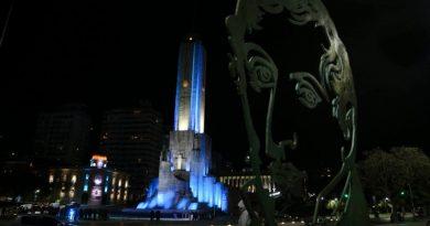 Camino al Día de la Bandera, el Monumento quedó iluminado de celeste y blanco