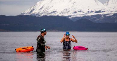 Nadadores de Tierra del Fuego recibieron el invierno sumergiéndose en el Canal Beagle.