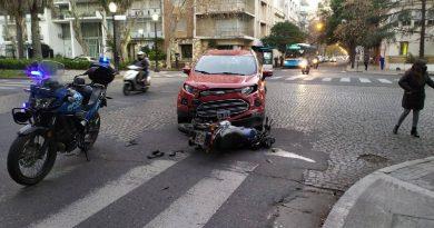 Impactante choque en Oroño y San Lorenzo entre una moto y un auto