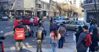 """Un auto """"levantó por el aire"""" a dos jóvenes que cruzaban la calle en Santa Fe y Pueyrredón"""