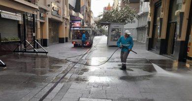El municipio realiza un intenso operativo de limpieza tras La Noche de las Peatonales