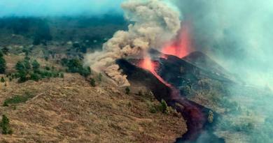 España: Miles de evacuados por la erupción del volcán Cumbre Vieja en las islas Canarias